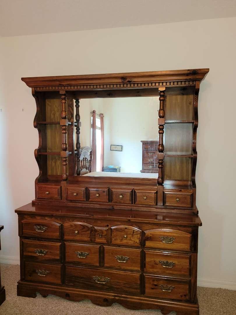 Lot # 206 Gorgeous Kincaid Furniture Dresser w/ Mirror