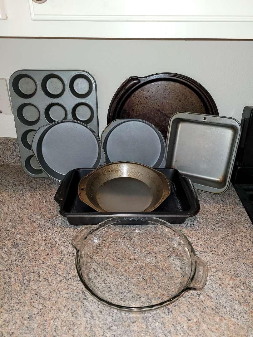 Lot # 223 Assorted Baking Pans