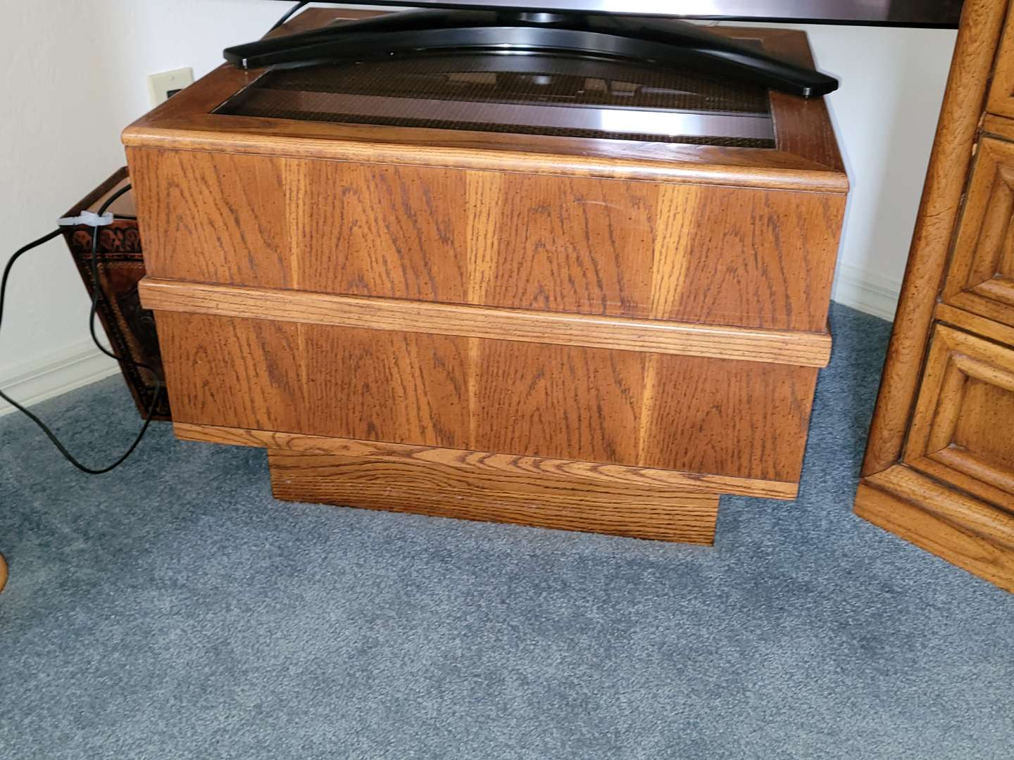 Lot # 49 Wood Table/TV Stand w/ Glass Top Insert