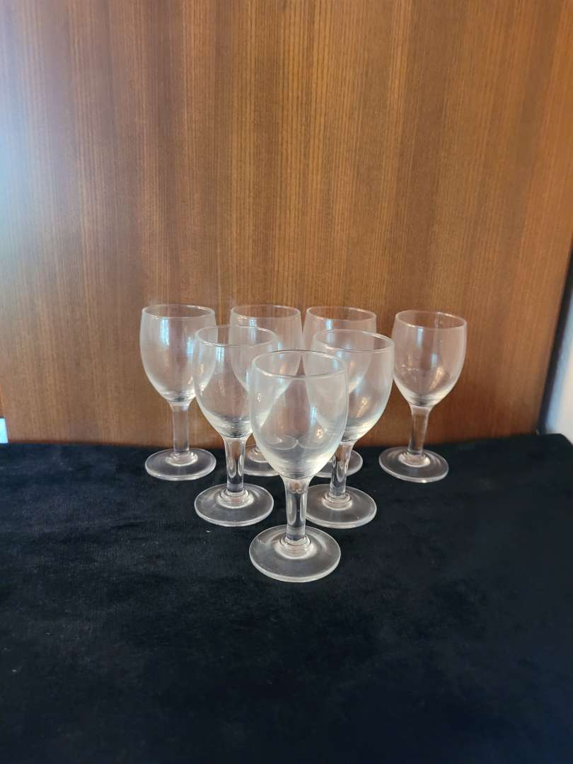 Lot # 67 (7) Small Glasses