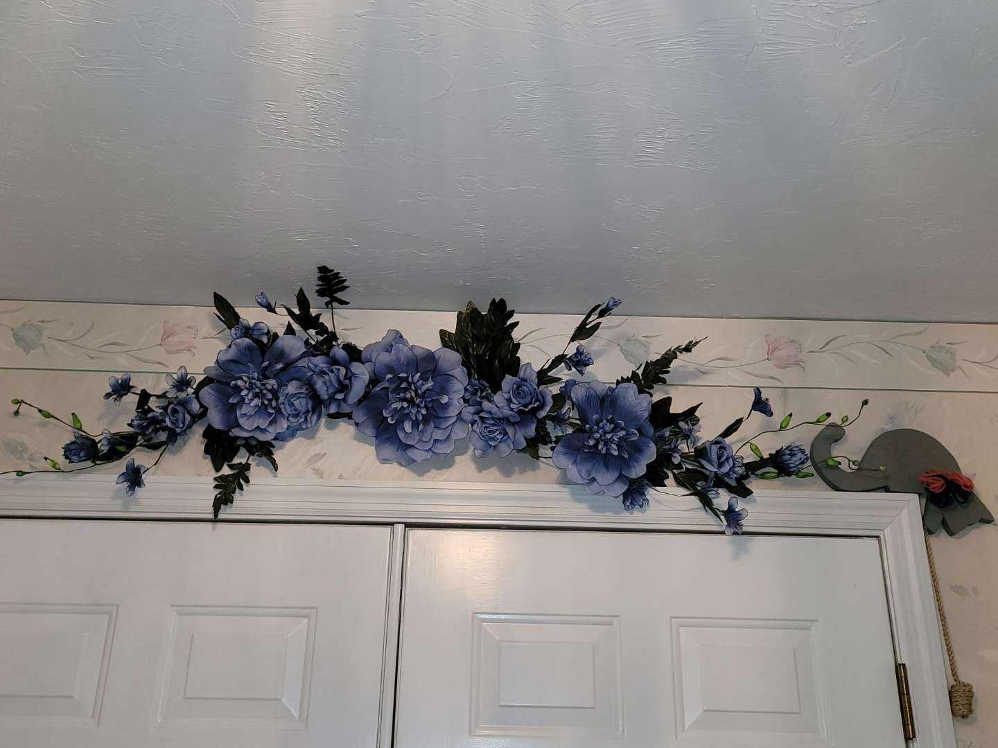 Lot # 93 Nice Faux Flower Wall Decor & Over The Door Wood Cat