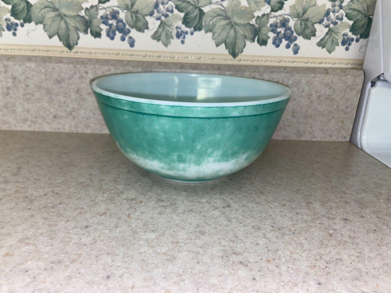 Lot # 121 Vintage Pyrex Green 2 1/2 Qt Mixing Bowl #403