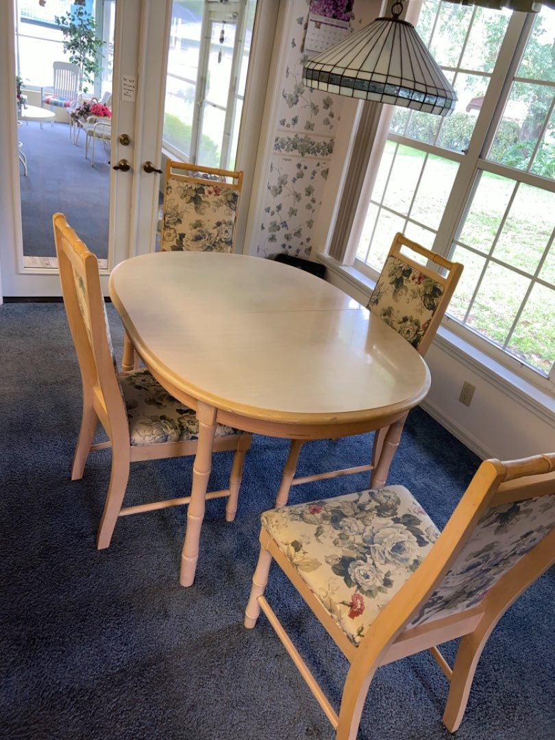 """Lot # 241 Beautiful Table, 4 Chairs & 18"""" Leaf"""