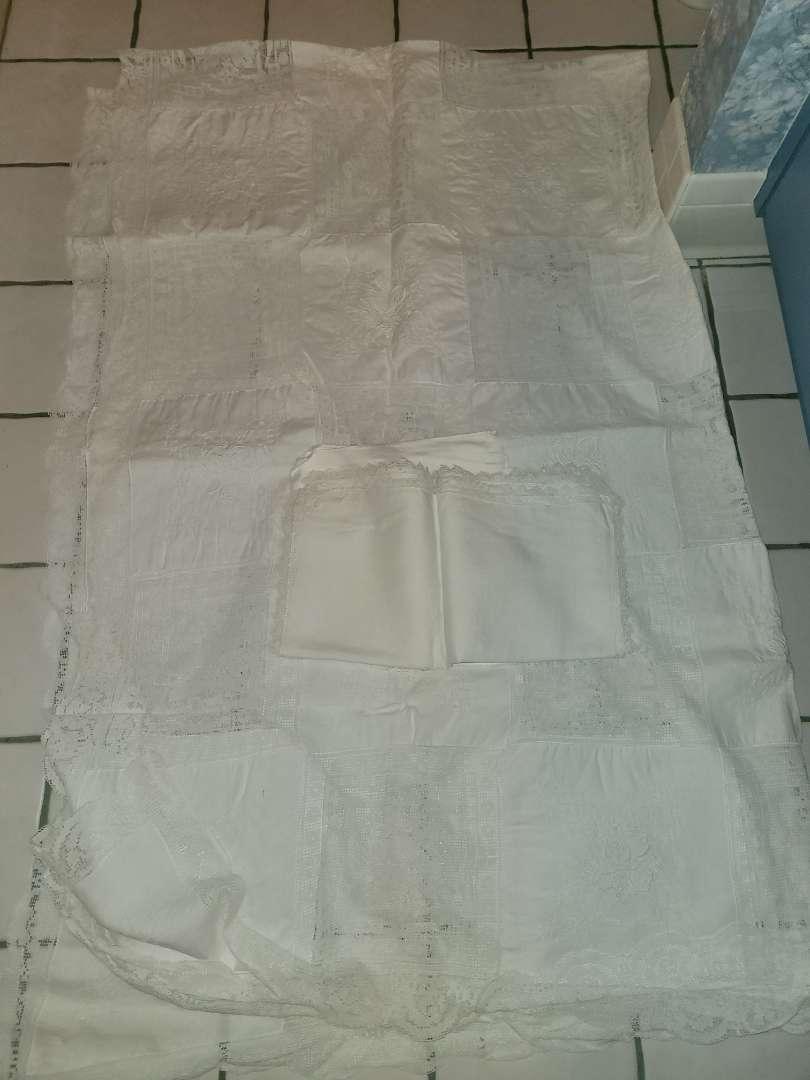Lot # 324 Beautiful Large Tablecloth w/ Cloth Napkins