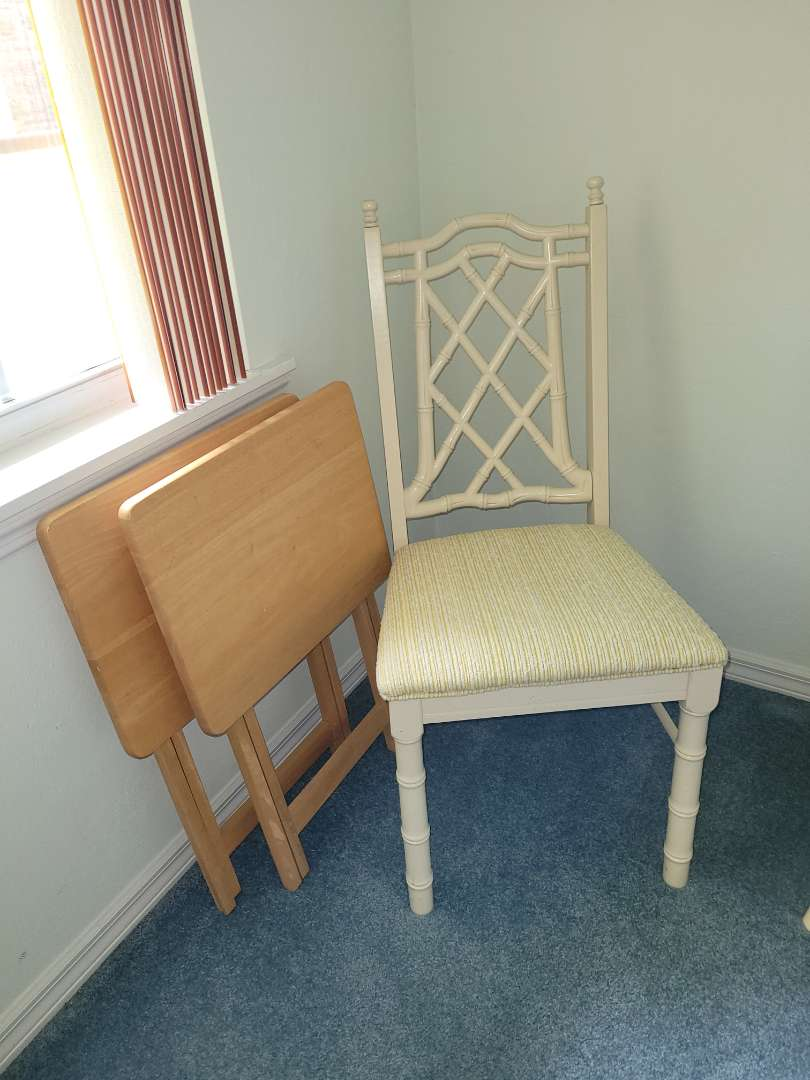 Lot # 349 Nice Accent Chair & 2 Wood TV Trays