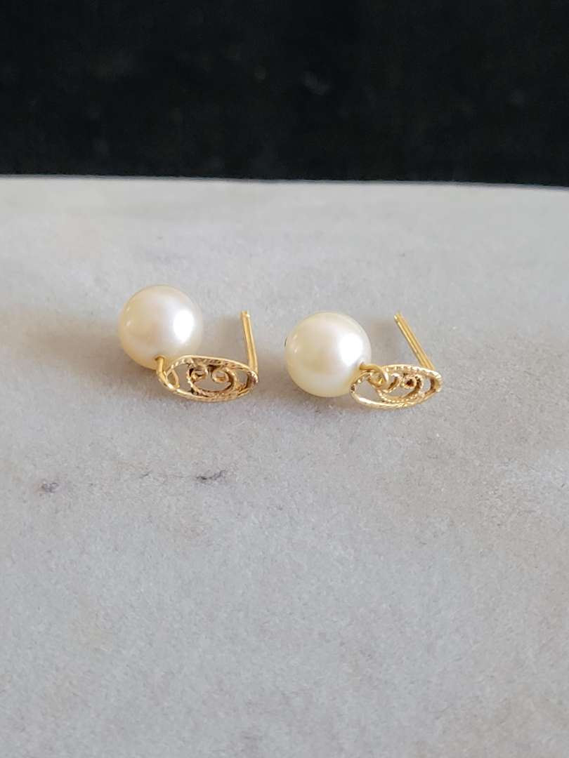 Lot # 428 14k Gold Pearl Earrings - TW is 1.2g