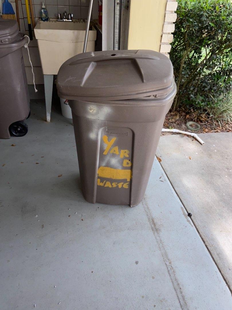 Lot # 468 Rubbermaid Trash Can w/ Wheels