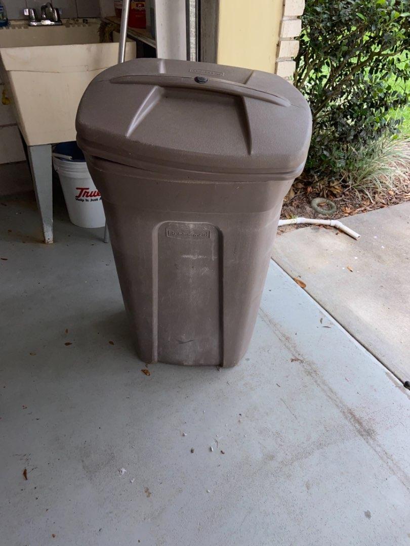 Lot # 469 Rubbermaid Trash Can w/ Wheels