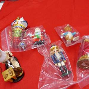 Lot # 140  Nice lot of Holiday ornaments