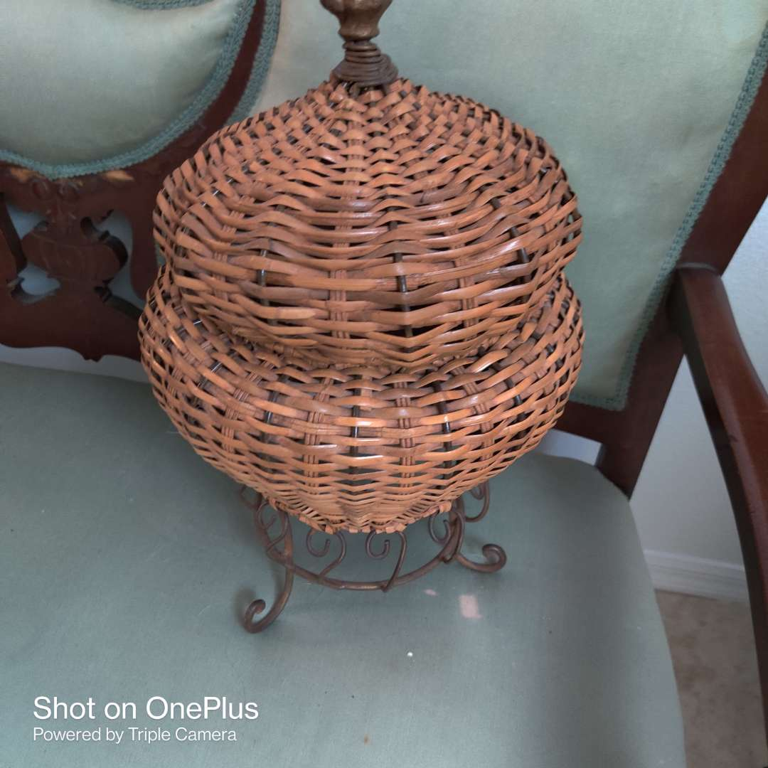 70 decorator basket with metal base and lid