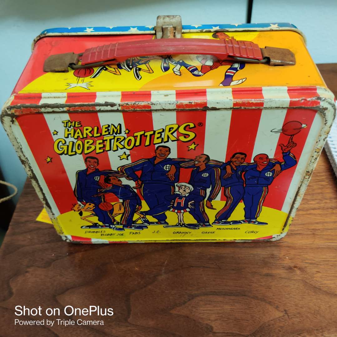 86 Harlem Globetrotters metal lunch box made by thermos it has no thermostat inside
