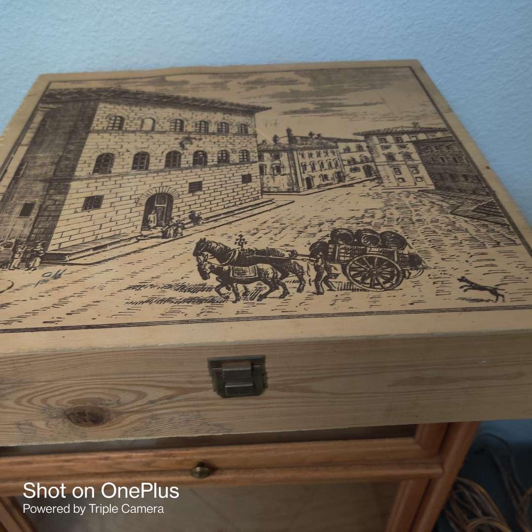 92 very nice wooden box hinged