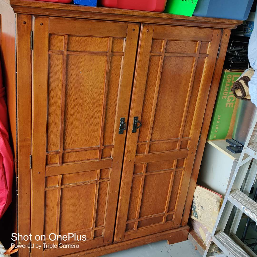133 solid wood TV armor 48 in wide 60 in tall Nice condition