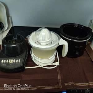 141 lot of three kitchen items juicer blender base and a crock pot