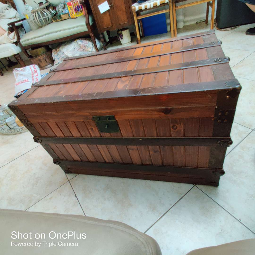 154 very nice beautiful condition wooden trunk felt lined 31 in by 19 in