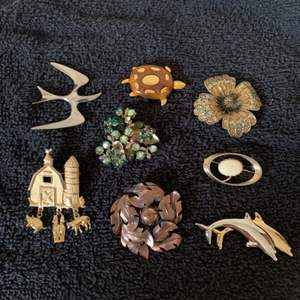 Lot # 42  Sweet Lot Assorted 8 Vintage Brooches.