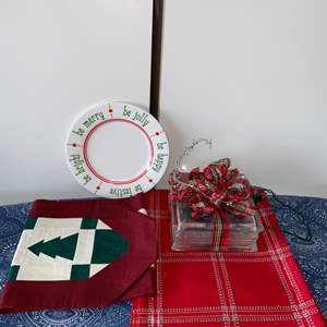 Lot # 8 Illuminated Holiday Centerpiece, Table Runner & 4 Placemats