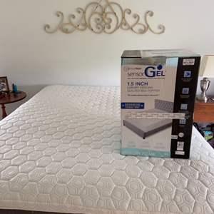 Lot # 91 Queen SensorPedic Gel Memory Foam Quilted Bed Topper