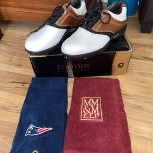 Lot # 176 New In Box Mens Footjoy Golf Shoes Sz 9.5 & Golf Towels