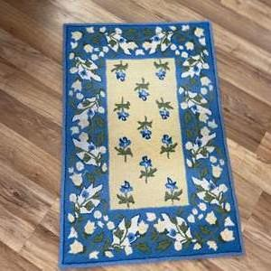 Lot # 227 Beautiful 100% Wool Vera Bradley Area Rug in Great Condition