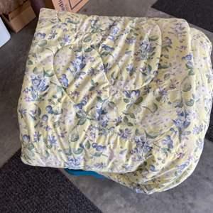 Lot # 308 Beautiful Queen Comforter