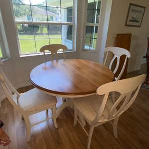 Lot # 313 Beautiful Dining Table Set w/ Chairs and Extension Leaf in Pristine Condition