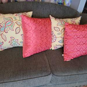 Lot # 27 Pretty Throw Pillows (4) in Nice Condition