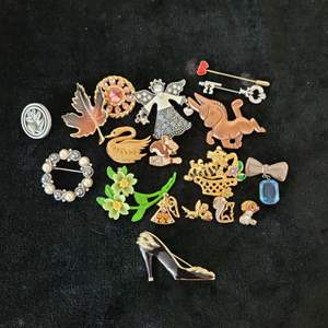 Lot # 252 Assorted Pins & Brooches