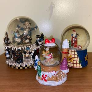 Lot # 692 Holiday Snow Globes
