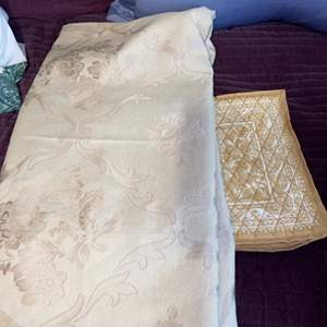 """Lot # 1135 Nice Oblong Table Cloth 60"""" X 120"""" & 7 Place Mats"""