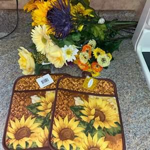 Lot # 1181 Sunflower Arrangement & Oven Mits