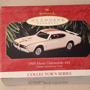 Lot # 122 Hallmark Keepsakes 1969 Hurst Oldsmobile 442 Christmas ornament *NEW*