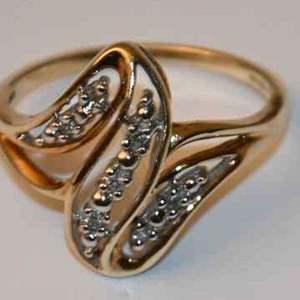 Lot # 206 10K yellow gold & diamonds size 7 ring 2.3g