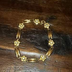 Lot # 468 Stunning 18k Gold Bracelet w/ Flower Design - TW is 13.83g