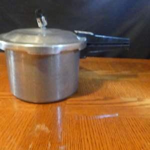Lot #162 Vintage Maitre's 4-Quart Pressure Cooker
