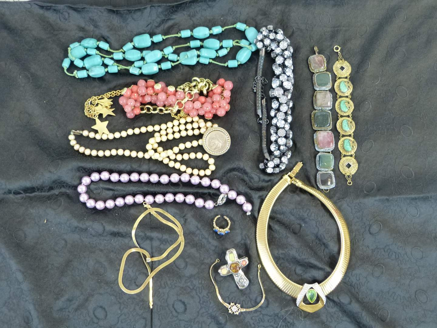Lot # 108 Nice lot of vintage women's jewelry (main image)