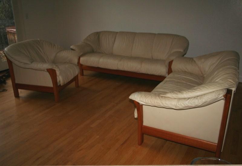 Lot #24 Three Piece Leather Living Room Set (main image)