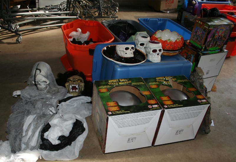 Lot #80 Great Lot of Halloween Decorations & Party Supplies (main image)