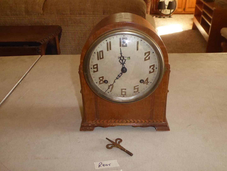 Lot # 119 - Antique Ingraham Eight Day Mantle Clock w/Key - Runs (main image)