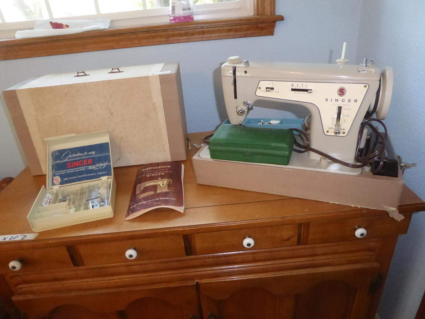 Lot # 141 - Vintage Portable Fashion Mate Zig-Zag Singer Sewing Machine & Attachments (main image)