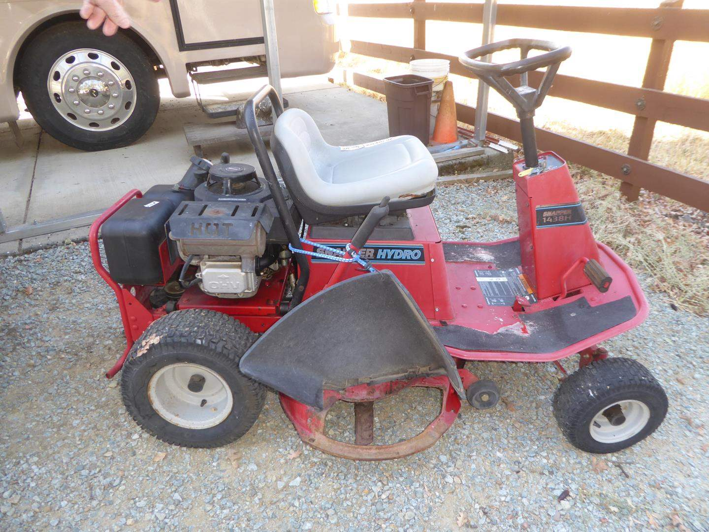 Lot # 302 - Snapper Hydro 1438H Riding Lawn Mower (main image)