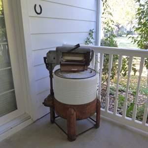 Lot # 104 - Vintage Round Ringer Washing Machine