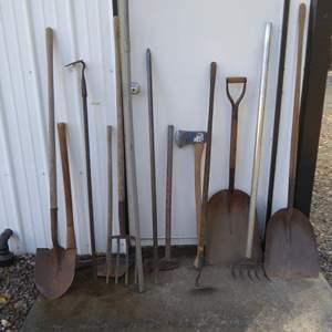 Lot # 129 - Shovels, Hoes & Pitchforks