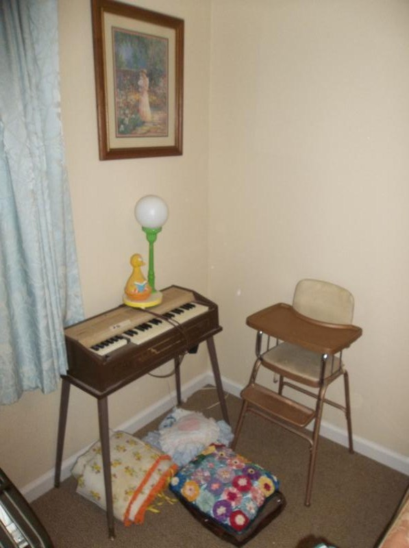 Lot #96 - Mixed Lot: Keyboard on Stand, Big Bird Lamp, Handmade Afghan etc (main image)