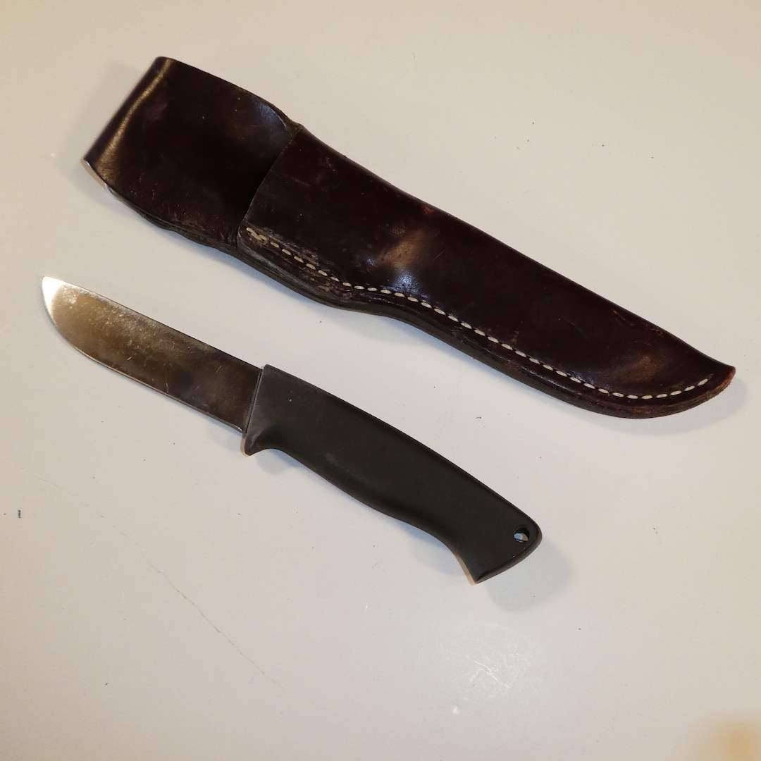Lot # 39 - Early Gerber Skinner A425 and Sheath (main image)