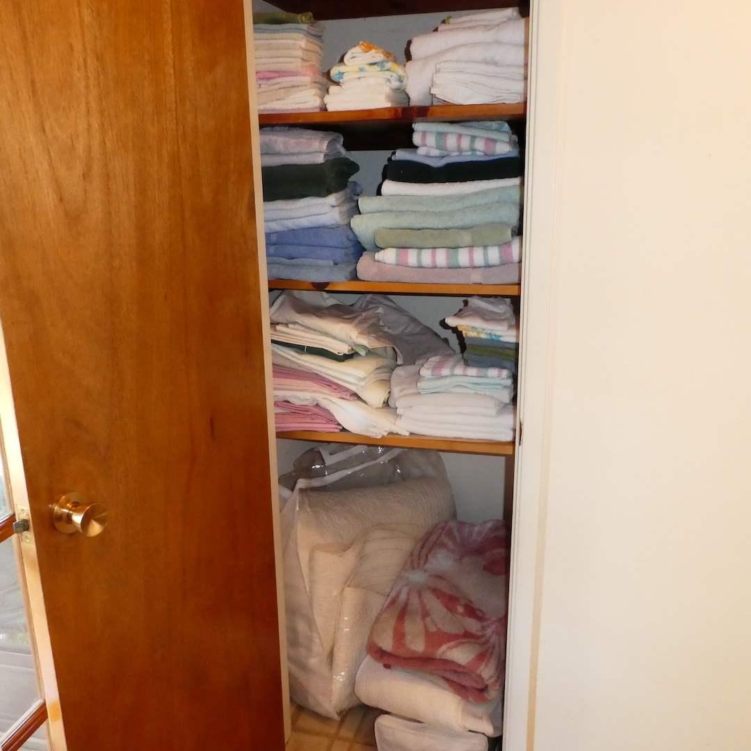 Lot # 229 - Linens (Towels, Wash Cloths, Nice Blankets and Sheet) (main image)