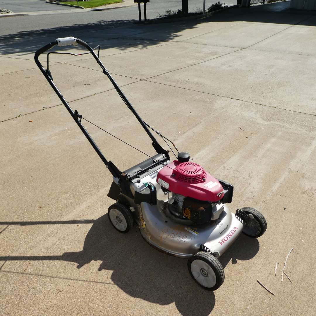 Lot # 318 - Honda Twin Blade 3-in-1 Lawn Mower Model HRR2169VAK (main image)