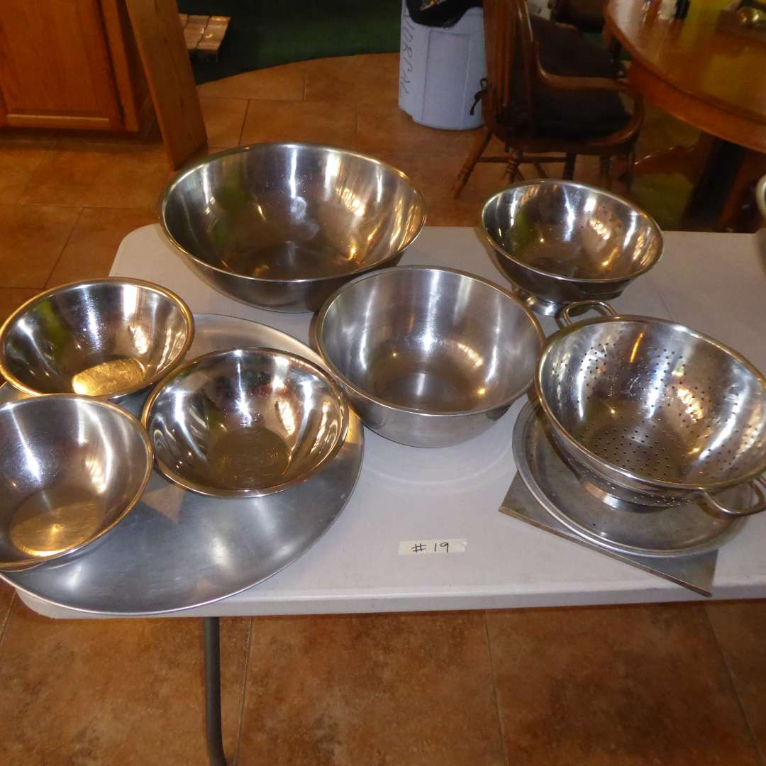 Lot # 19 - Stainless Mixing Bowls & Large Pizza Pan  (main image)