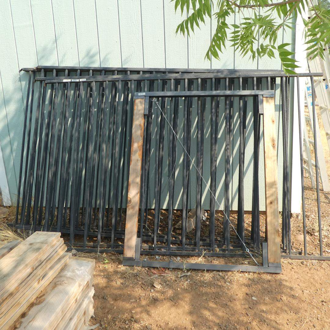 Lot # 55 - Metal Fencing & Gate - See Pics For Sizes (main image)