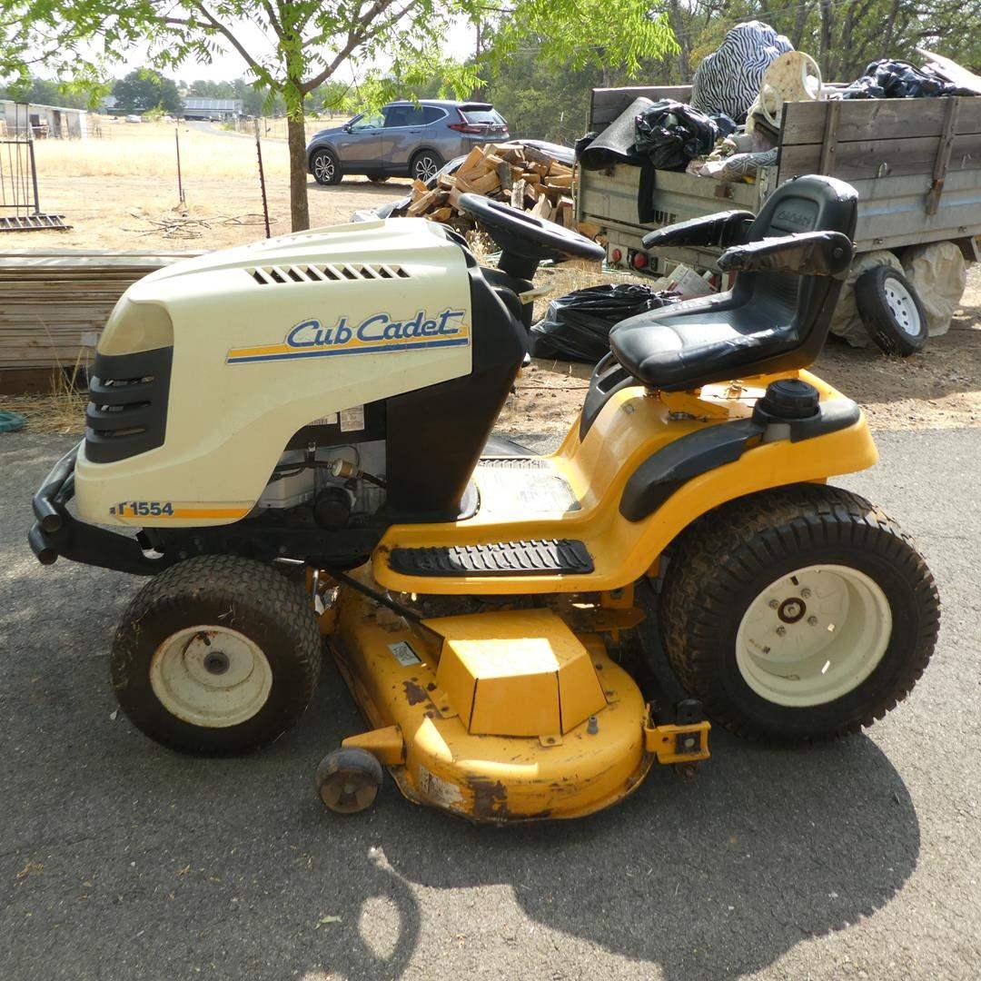 Lot # 114 - Cub Cadet Series 1500 Garden Tractor (262 Hours), Manual & Extra Parts - Runs (main image)